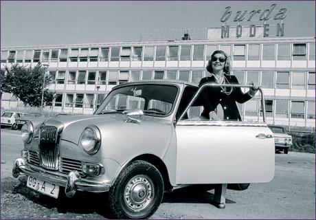 Энне Бурда с гордостью демонстрирует свою собственность -- современное здание издательства, построенное Эгоном Айерманном, и свой Мини Роллс Ройс